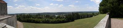 Un clic pour agrandir la photo panoramique sur la vallée de la Saône à partir du jardin du château