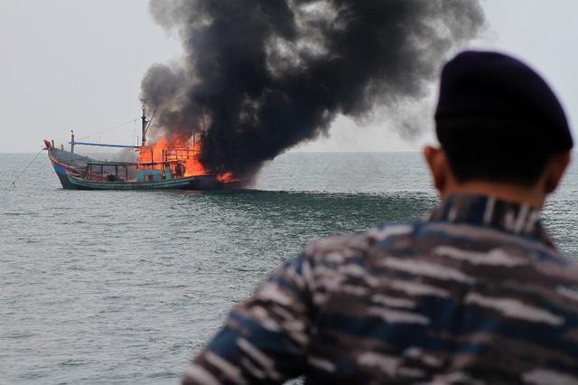 Pêche illégale: l'Indonésie coule 38 bateaux