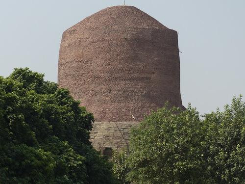 Sarnath; le temple bouddhiste Mulagangha Kuty Vihara; le stupa