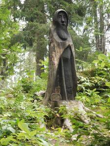 Une statue de bois annonce l'arrivée