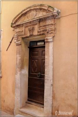 Roussillon belle porte pilastres et fronton Vaucluse