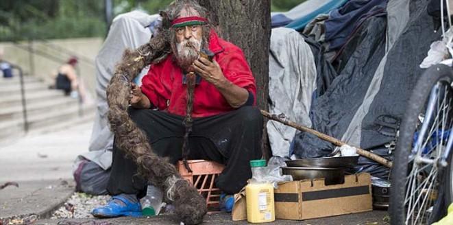 Un sans abri qui possède des cheveux qui valent un million de dollars