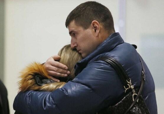 Des familles effondrées à Saint-Pétersbourg (Dmitry Lovetsky/AP/SIPA)