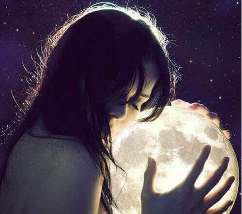 femme-mains-lune