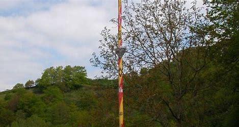 Résultat d'images pour l'arbre de mai en perigord