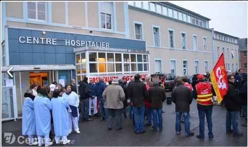 Une centaine de manifestants devant l'hôpital de Vierzon