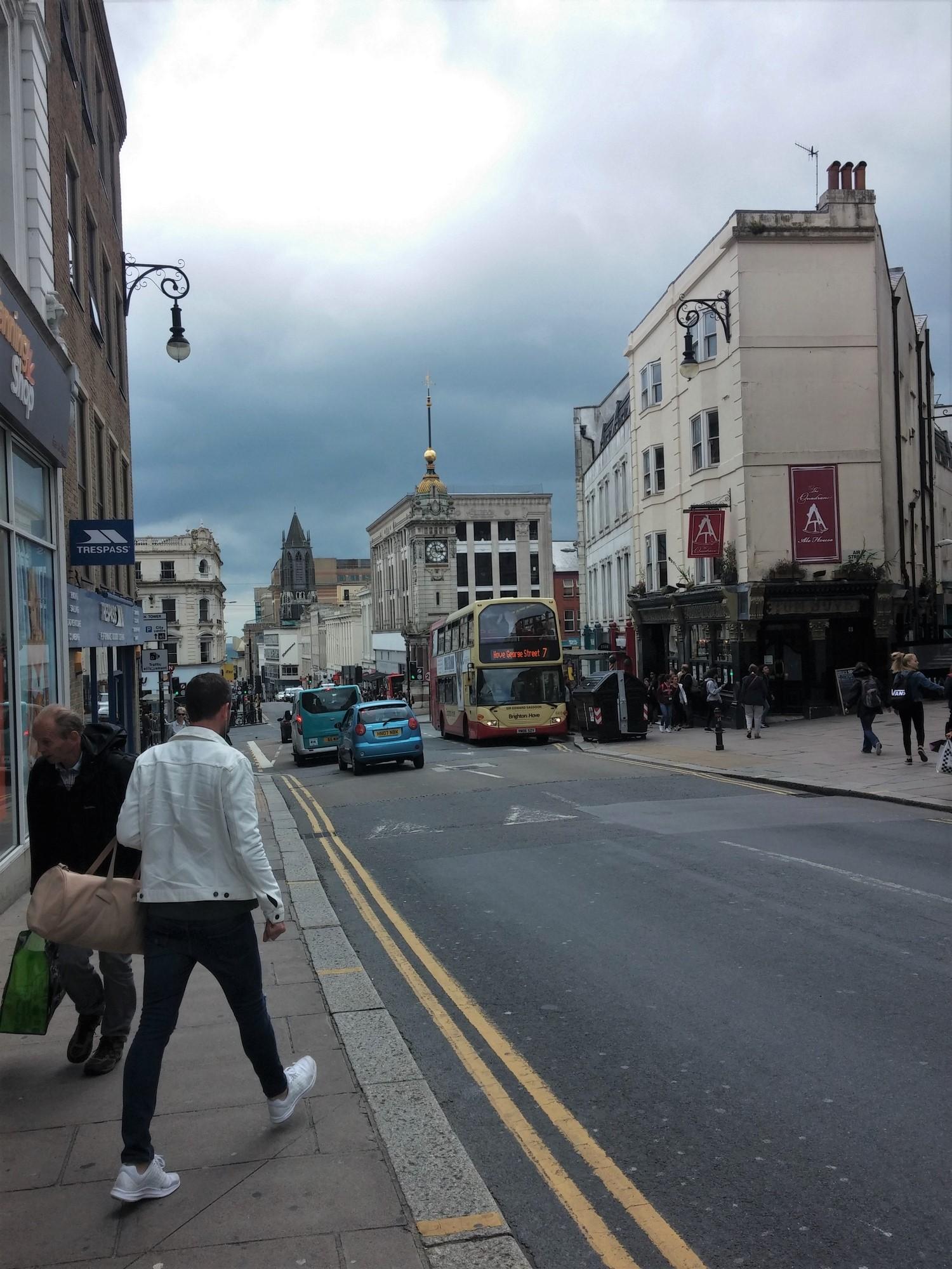 Brighton : Derrière le bus, la Brighton Clock Tower, construite en 1888 pour le jubilé d'or de la reine Victoria