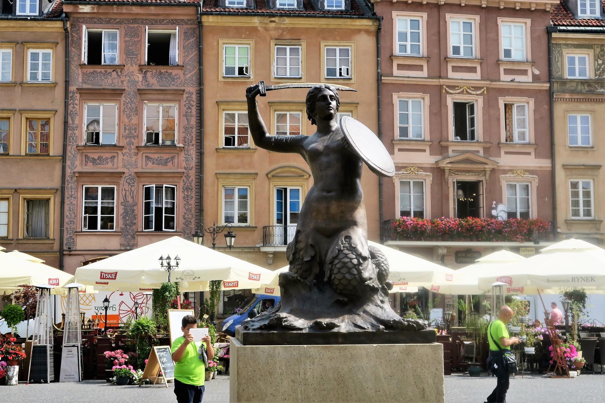 Sur la place du Rynek, la sirène de Varsovie, protectrice de la ville
