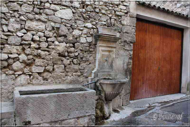 Fon taine de la Rue des Prieurs Pernes-les-Fontaines Vaucluse
