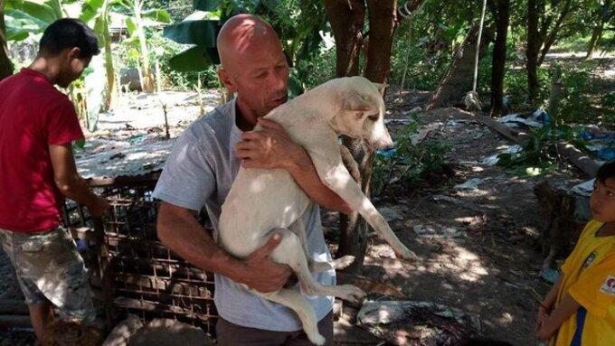 Cambodge : Un homme sauve un chien qui allait être abattu pour sa viande