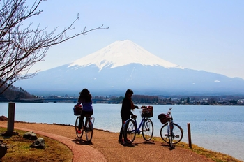 chasing-cherry-blossoms-in-japan-fujisan-L-f4NAZ2
