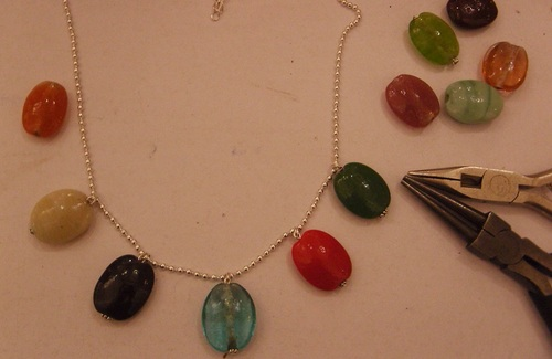 collier avec des perles de verre