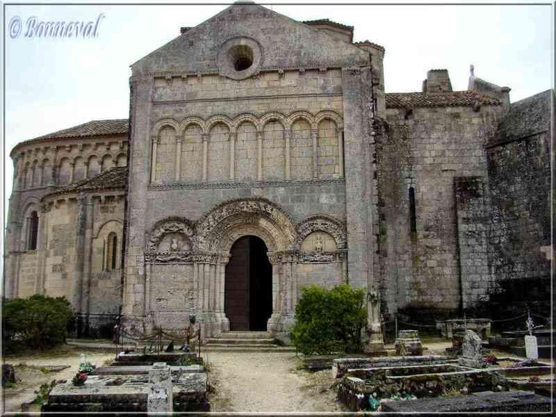 Talmont-sur-Gironde Charente-Maritime Eglise Sainte Radegonde façade et cimetière marin