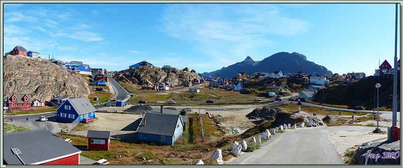 L'habitat très dispersé de Sisimiut surplombé par le mont Nasaasaaq (784 m) - Groenland