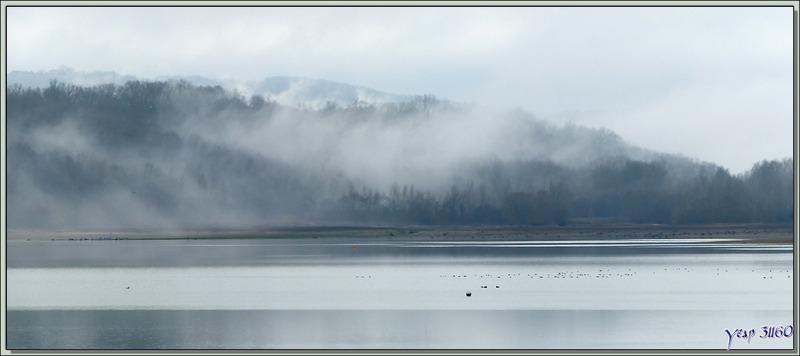 Panorama sur le Lac de Puydarrieux avec de la brume matinale - Hautes-Pyrénées