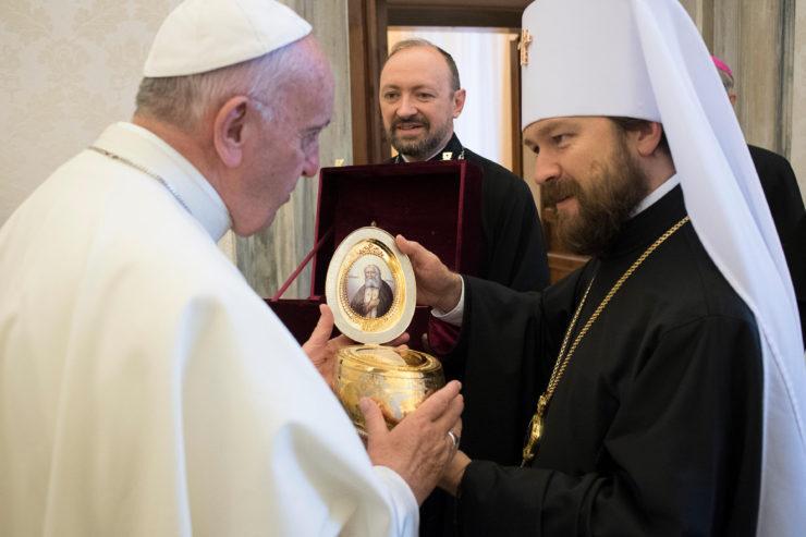 Le métropolite Hilarion offre au pape une relique de saint Séraphim de Sarov © L'Osservatore Romano