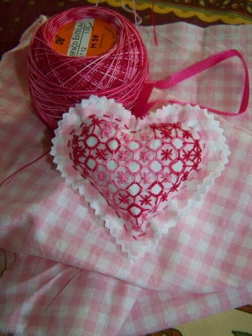 Un coeur rose pour une jeune mariée