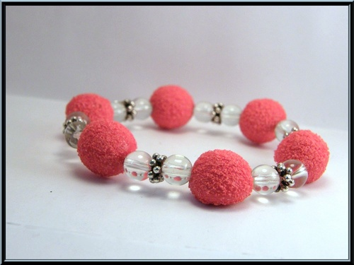 Bracelet élastique bonbon fraise tagada fimo et perle en verre.