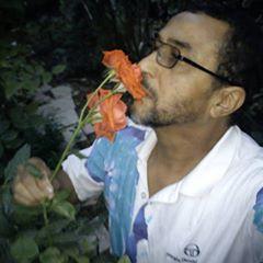 Photo de profil de Abdelkader Remmali, L'image contient peut-être: 1 personne, plante, fleur et plein air