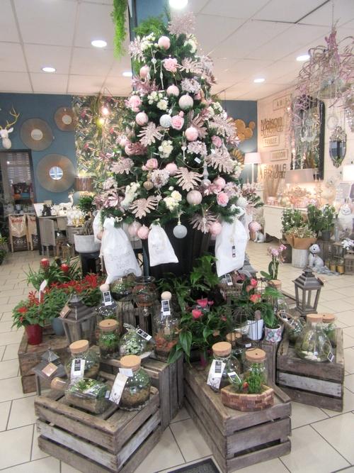 Monsieur le Fleuriste a décoré somptueusement ses vitrines pour les fêtes de fin d'année...