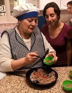 ajouter les épices aux oignons et à la viande