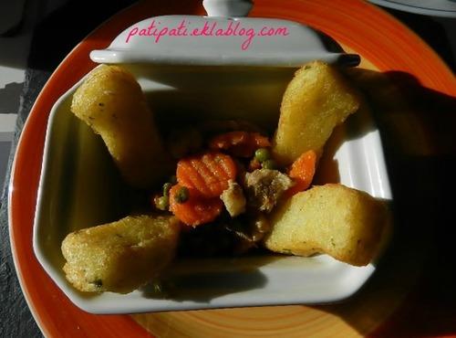 Frites spéciales aux herbes accompagnées de petits pois carottes aux lardons