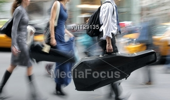 people-rushing-street-intentional-motion-blur-vg1129135