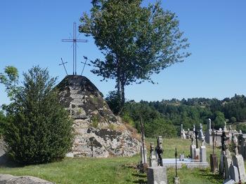 Dans le cimetière, ce rocher dans lequel des marches ont été taillées jusquà la Croix