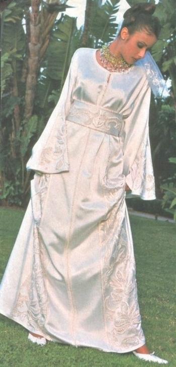 kaftan marocain pour mariage entièrement perler, et brodé de couleur blanc, idéale pour cérémonie marocaine.