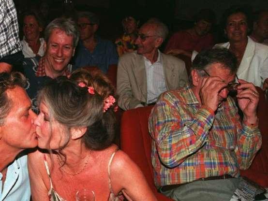 """Brigitte Bardot, """"émue"""", fête ses 84 ans avec un tendre baiser de son époux"""