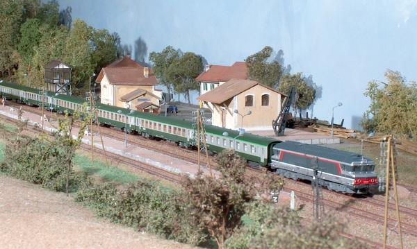 La CC 72040 (Minitrix) en tête d'un express composé de voitures USI (LSM) et DEV (arnold)