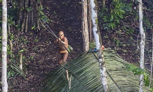 Photo de Ricardo Stuckert, en 2016, d'une communauté autochtone jamais contactée auparavant. La photo a été prise lorsque le photographe a survolé une zone d'Acre avant de se rendre au village de Caxinauá, où il a réalisé une séance photo pour le livre Índios Brasileiros. Disponible sur la BBC.