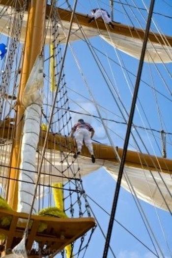 1656215-deux-jeunes-marin-monter-sur-un-navire-cole