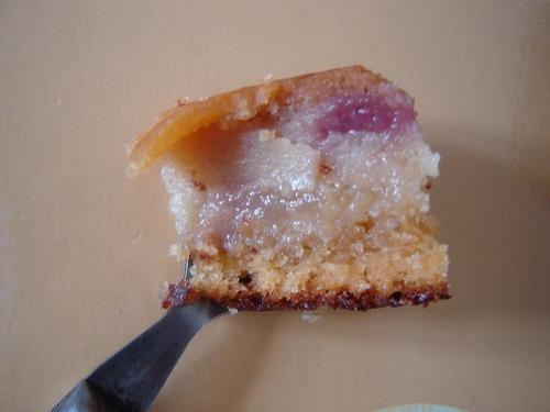 Gâteau à la crème, cerises et poire