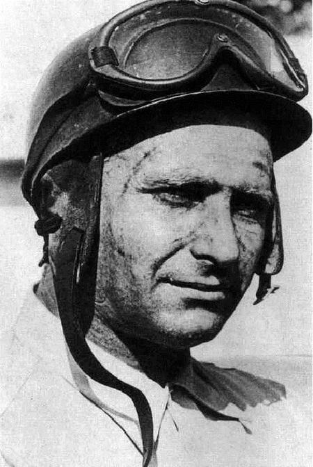 Troisième victoire de Fangio Le 11 septembre 1955, Juan Manuel Fangio devint champion du monde de Formule 1 en remportant le Grand Prix de Monza. Il s'agissait de la troisième victoire de cet Argentin alors âgé de 44 ans et qui avait précédemment remporté deux titres en 1951 et en 1954. Il décrocha par la suite deux nouvelles victoires.
