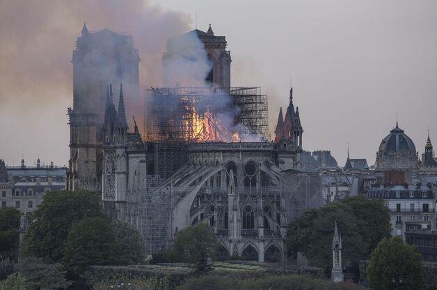 Alors que Notre-Dame était en feu, la foule à proximité entonnait chants religieux et prières.
