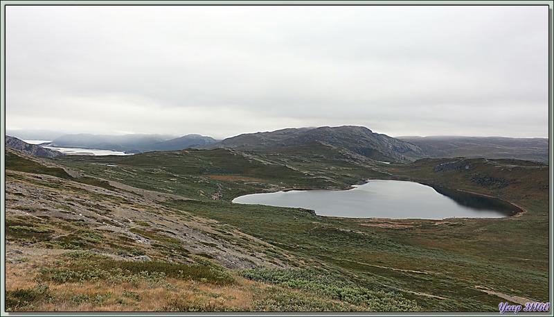 26 juillet 2019 : dès notre arrivée à Kangerlussuaq, répartis dans bus et camions polaires, nous partons pour découvrir les alentours de ce village/aéroport : Lac Qaarsorsuaq - Groenland