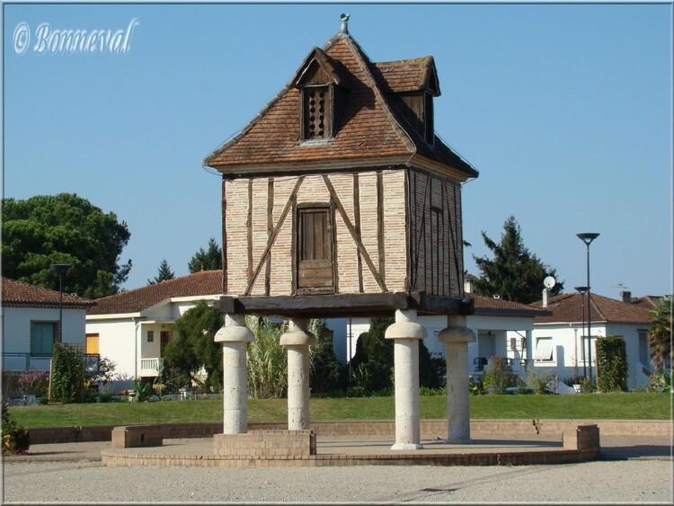 Valence d'Agen Tarn-et-Garonne pigeonnier sur piliers