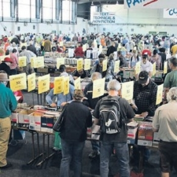 Early-bookworms-get-the-word-Lifeline-fair-causes-quite-a-queue-290x290
