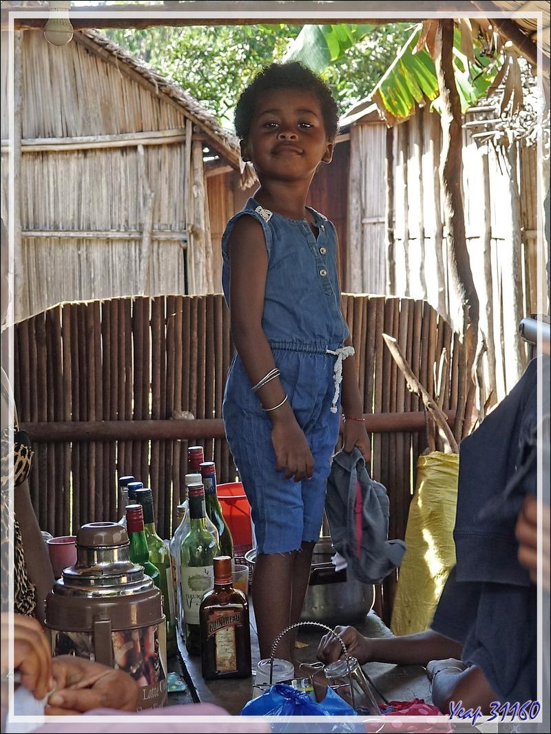 """Magasin """"fourre-tout"""", des œufs aux cartes de téléphone en passant par les fripes, on y trouve (presque) tout - Antanabe - Nosy Sakatia - Madagascar"""