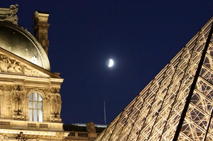 La Pyramide du Louvre de nuit