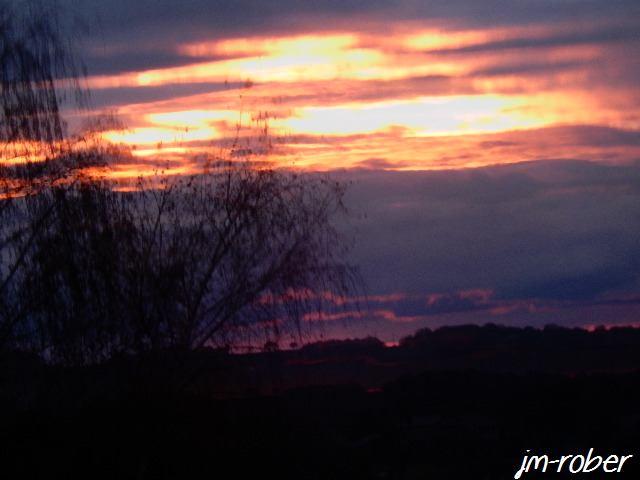 Une trouée dans les nuages noirs avec un coucher de soleil