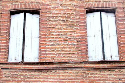 Fenêtres et murs en brique ...