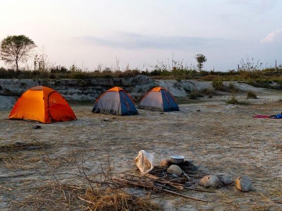 le campement au bord de la rivière;