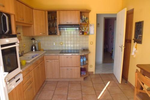 Photos rez de chausée : couloir / cuisine / 2 chambres ...