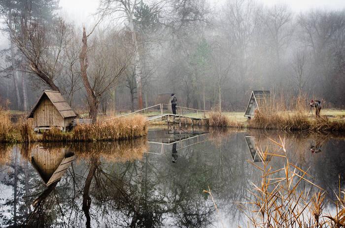Mystérieuses Habitations Au Bord D'un Lac En Hongrie