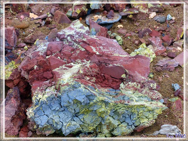 Les roches colorées de Smoking Hills (Smoking Hills's colorful rocks) - Cape Bathurst - Territoires du Nord-ouest - Canada