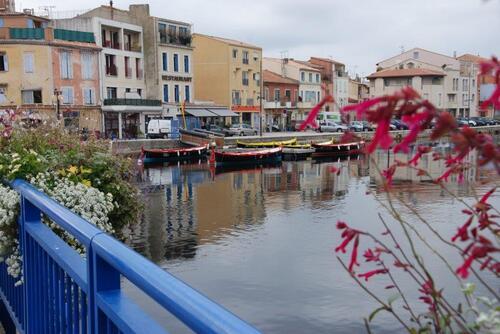 Un petit port et ses maisons colorées