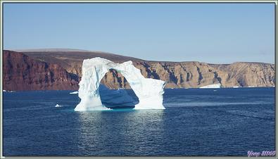 Navigation dans le Fjord Inglefield : la transformation de l'iceberg en arche - Région de Qaanaaq - Groenland