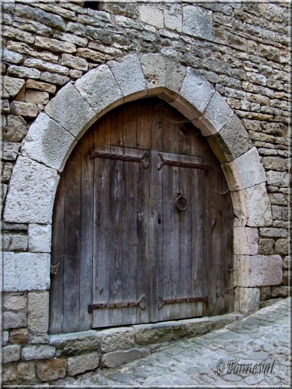 Bruniquel Tarn-et-Garonne portail à l'arc en ogive médiévale